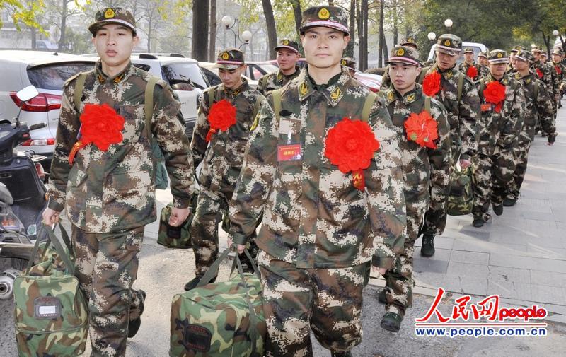 高清:实拍江苏仪征首批新兵启程进疆入川