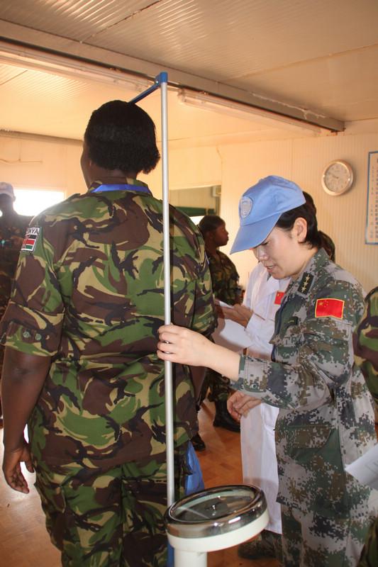中国赴南苏丹维和医疗队为肯尼亚维和部队女军人进行体检. 史成军图片