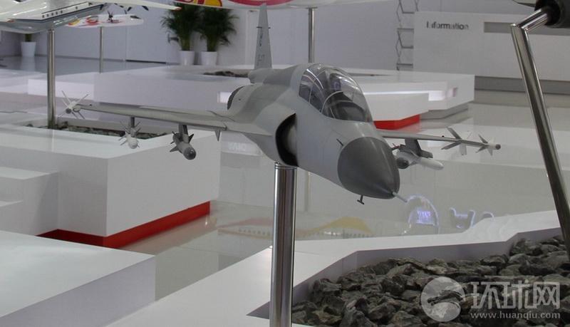 高清:中国翼龙I型无人机枭龙双座战机亮相法国