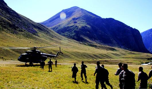 新疆军区米-17直升机穿越峡谷飞向边防哨所