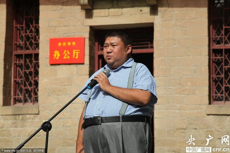 毛新宇出席活动演唱《东方红》激动流泪
