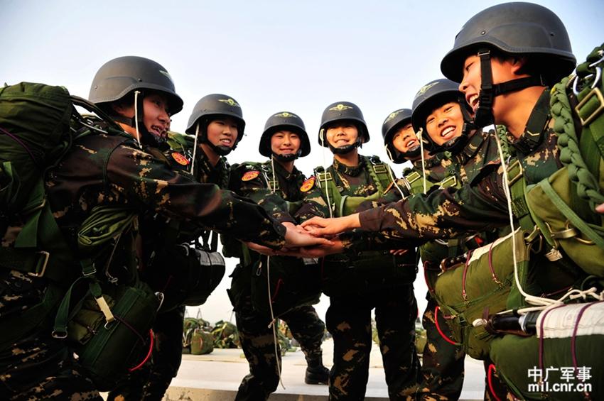 高清 解放军首支陆军女子特战连训练生活照片曝光