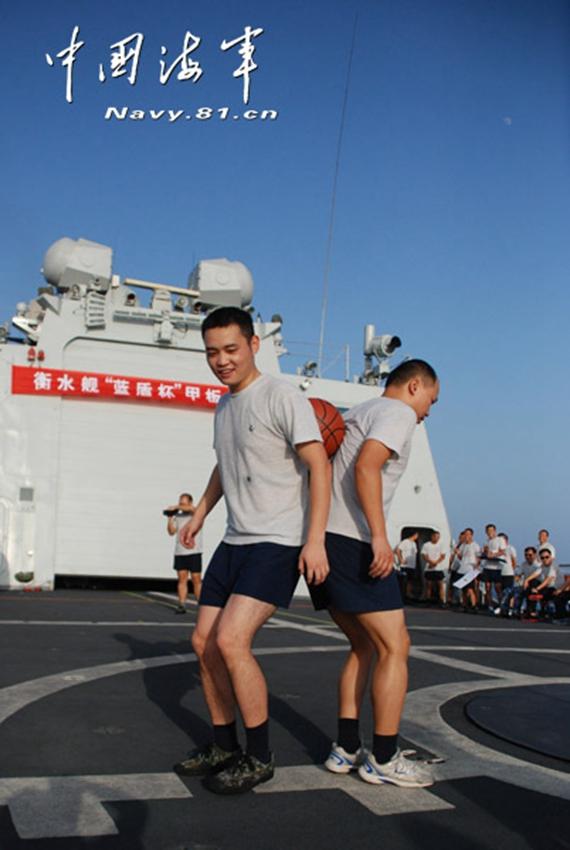男女 大奖/我海军女兵兴奋争夺卫生纸大奖