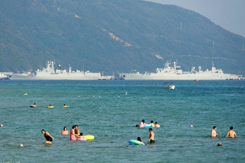 高清:三亚海滨浴场外解放军战舰云集