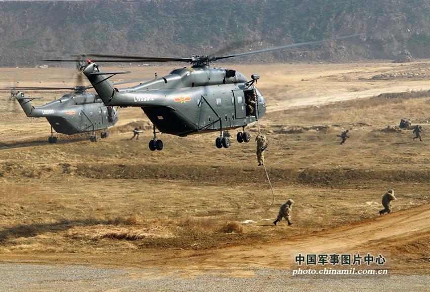 高清:南京军区陆航直升机急运特种部队机降作战