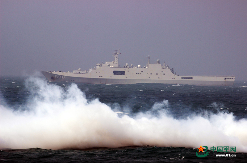 高清:南海舰队昆仑山号登陆舰支队防空武器开火