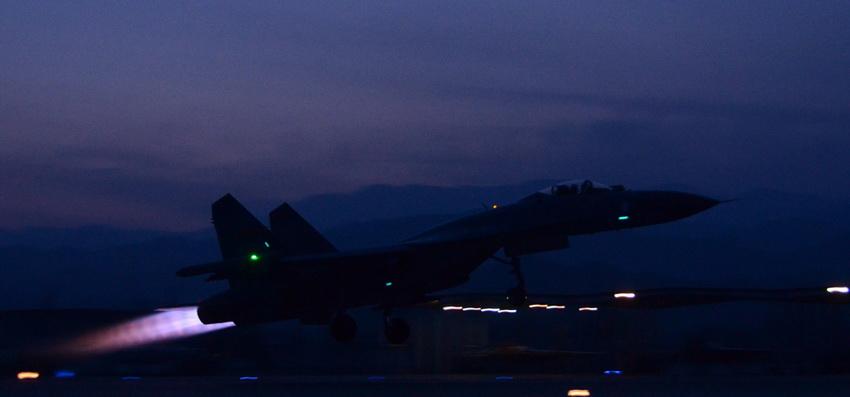 高清:沈空某新型重型战机开练夜战飞行【3】