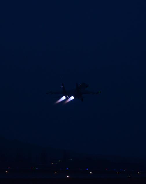 高清:沈空某新型重型战机开练夜战飞行【4】