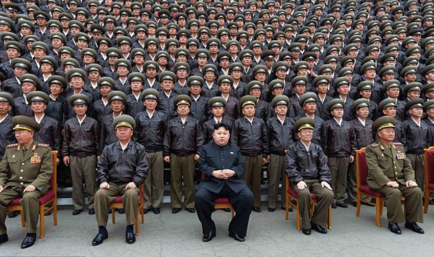 朝鲜人民军空军_高清:金正恩视察朝鲜人民军空军部队 被女兵团团围住【3】