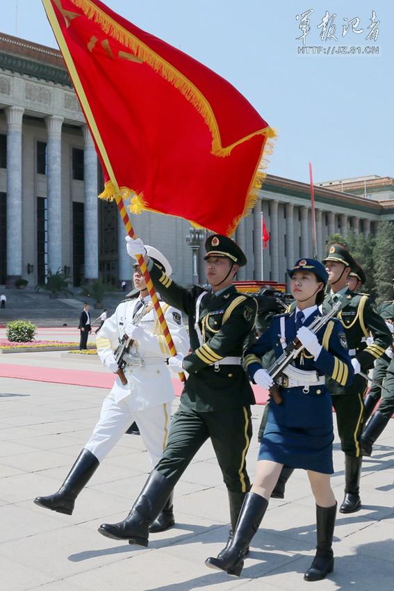 高清:解放军仪仗队首批女兵亮相 平均身高1.73米以上