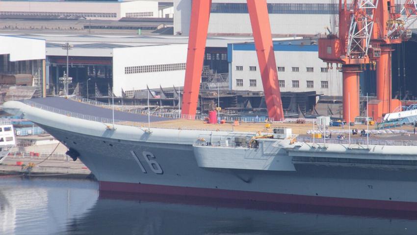 辽宁舰刷漆后出坞下水 甲板船身焕然一新