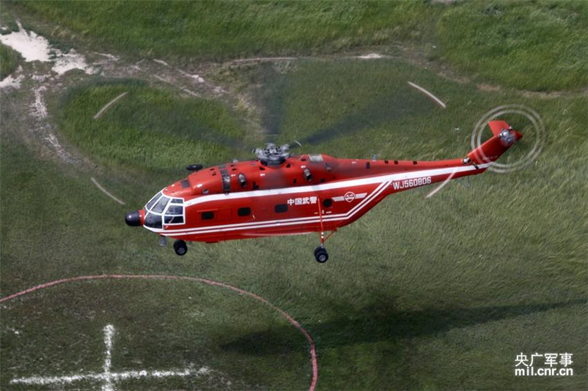 高清:武警森林部队演练直升机灭火战法【15】