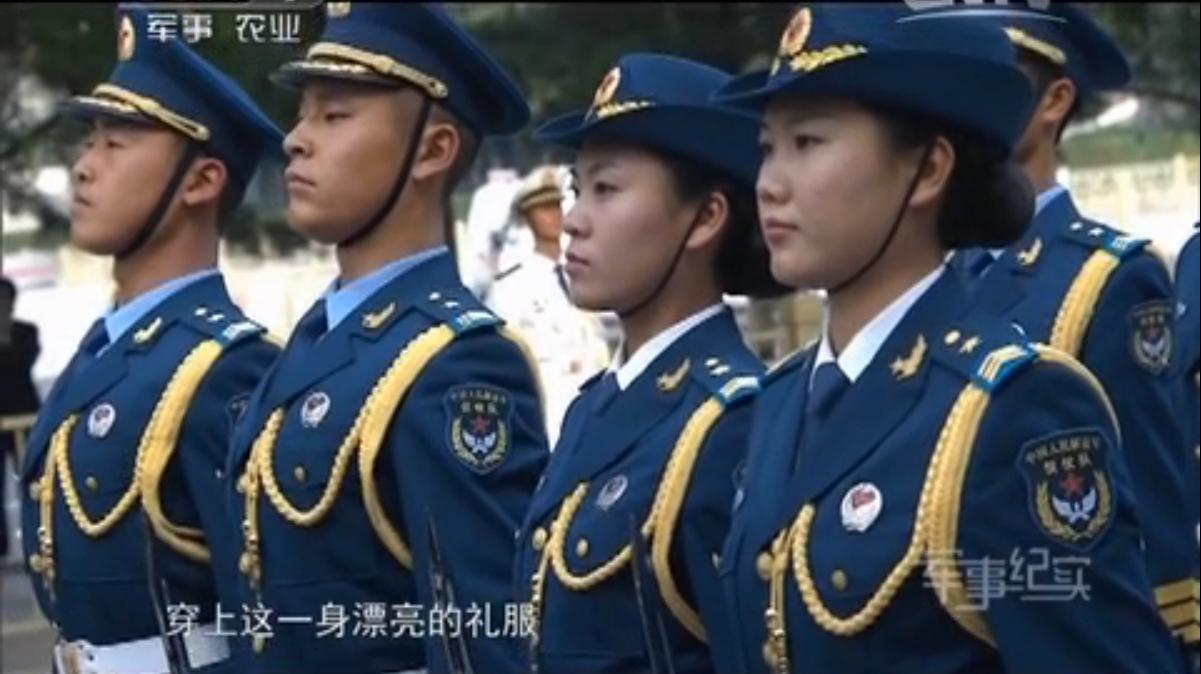 三军仪仗队女兵执行任务时,采用统一军衔标志的肩章,这是为了在执行仪仗司礼任务时的统一和美观。