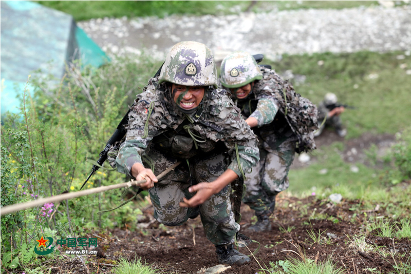 高清 驻川部队演练高山峡谷作战 95式步枪挂刺刀