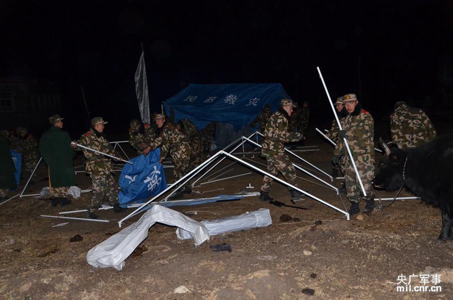 搭建救灾帐篷