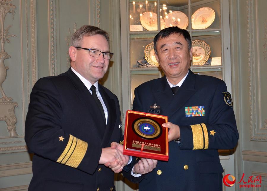 中国海军访德少将带领3名舰长拜会德国军官