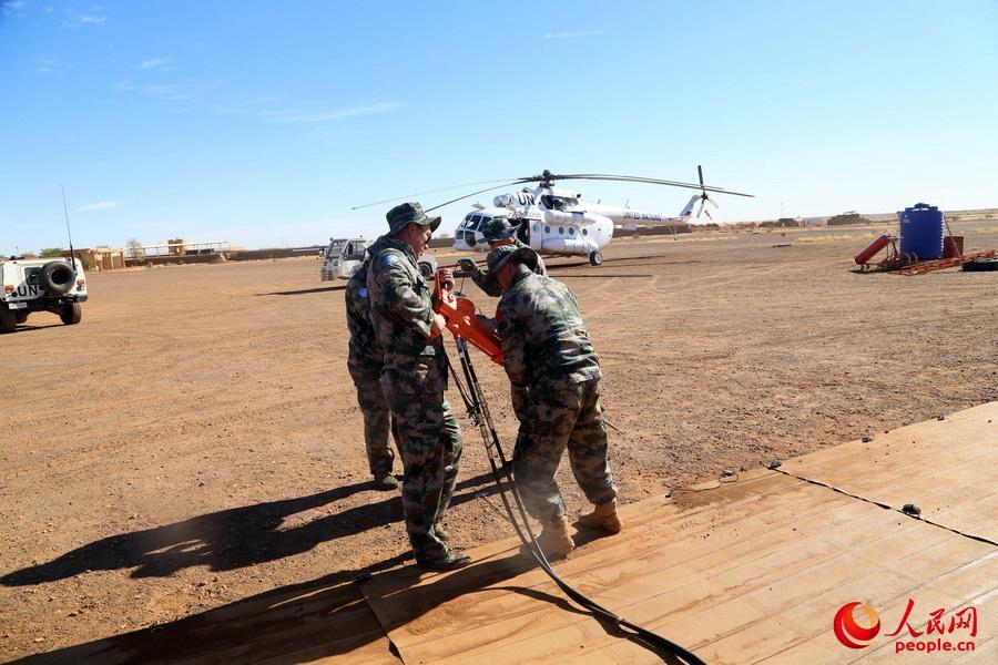 大漠苦战建直升机停机坪