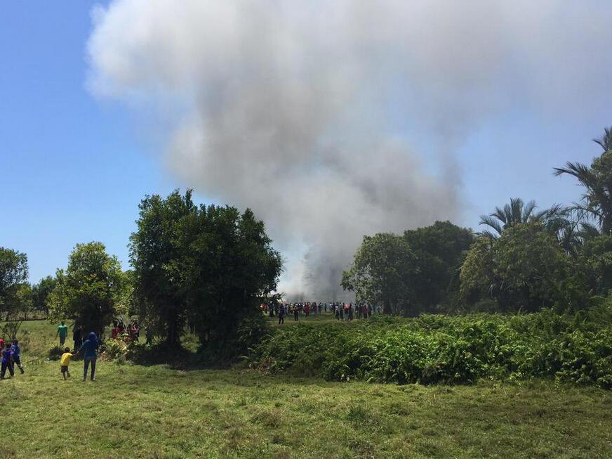 高清:兰卡威航展两架飞机相撞坠毁 差点砸中我军歼10【10】