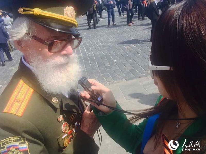 俄罗斯老战士列昂尼德・尼古拉耶维奇接受人民网采访(人民网记者 华迪 摄)
