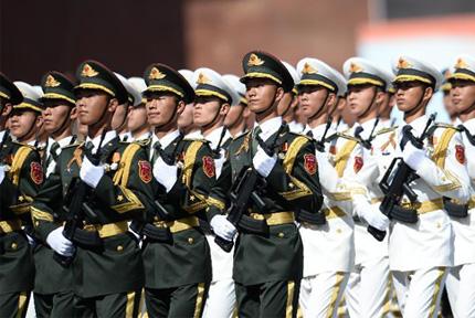 中国三军仪仗队亮相俄阅兵式 着新式礼宾服5月9日,俄罗斯在莫斯科红场举行阅兵式,中国人民解放军三军仪仗队方队正步走过红场。
