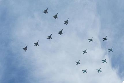 """拼出""""70""""字样由固定翼飞机和直升机组成的空中梯队"""