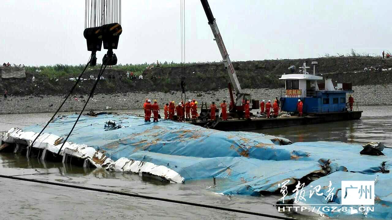 """组图:""""东方之星""""事故船体已露出第三层客舱"""