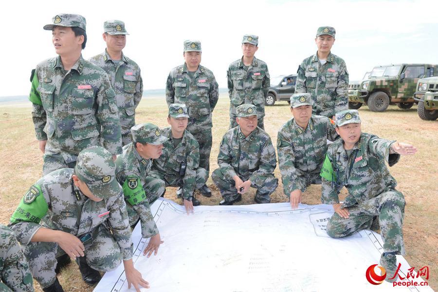 40集团军指导组演习前深入现地勘察地形。