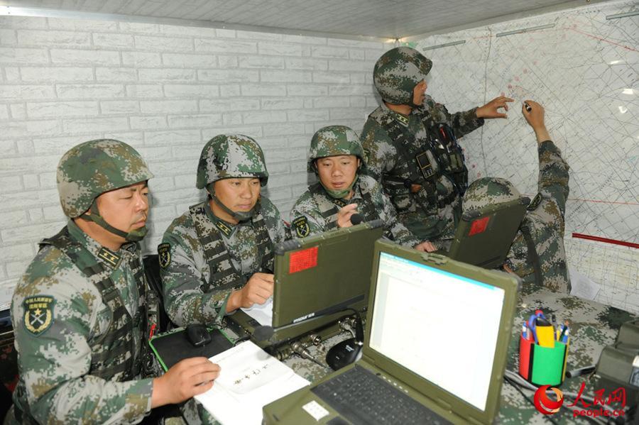 炮兵团指挥员研究部署任务。