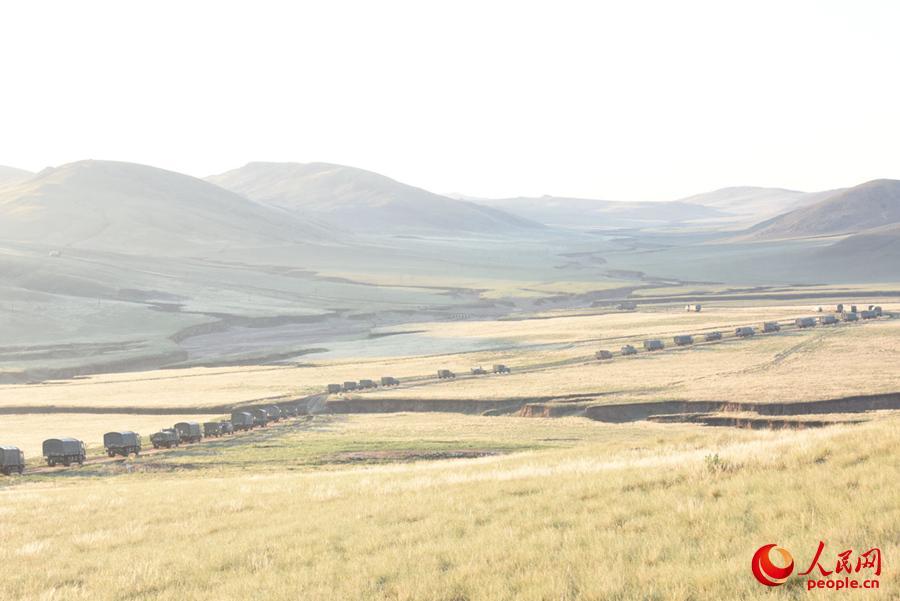 雨后的草原,山陡路滑,轮式装备实施战场机动受阻。