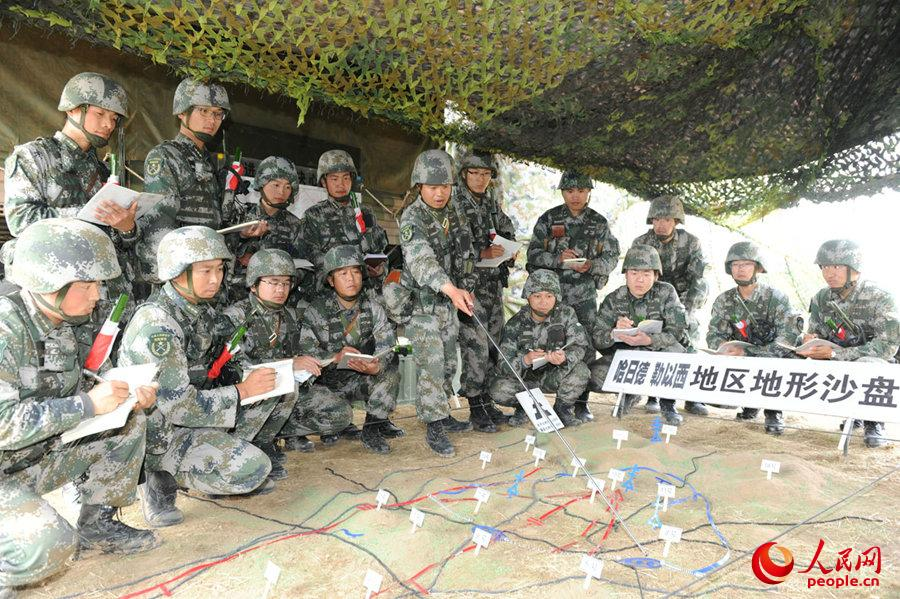 分队指挥员筹划战斗。