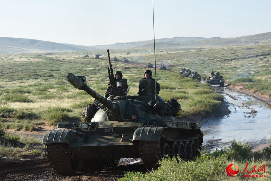 红军坦克群在战场机动阶段通过泥洼沼泽地带。