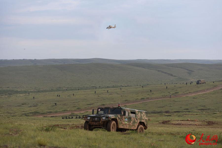 空步协同,通路开辟后,主攻营迅速展开队形进行穿插。