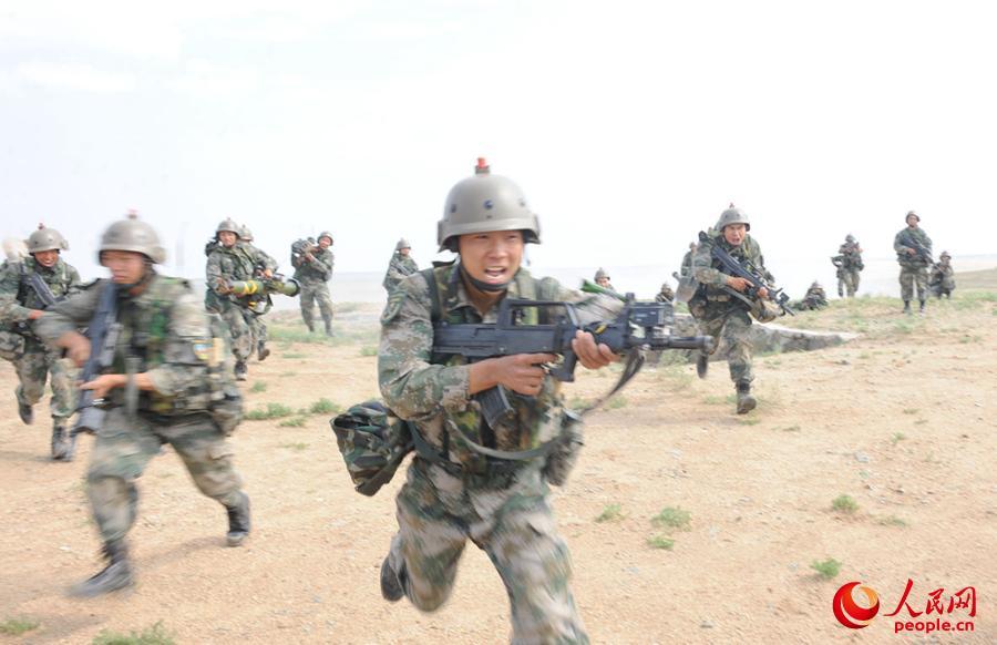 抢占有利地形,勇猛的战士向纵深战场发起冲锋。