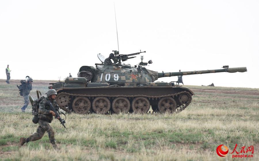步坦协同,迅速向纵深要点穿插包围,夺取控制要点。