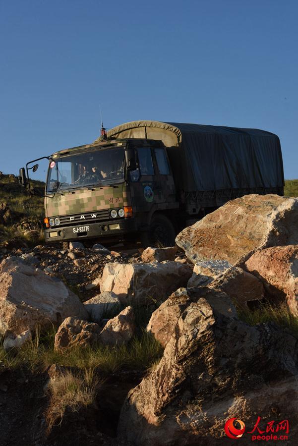 在机动过程中,车辆通过乱石险滩路段。
