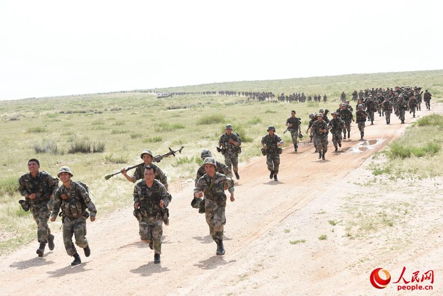 昼夜奋战,在体力达到极限的情况下又武装奔袭十公里。