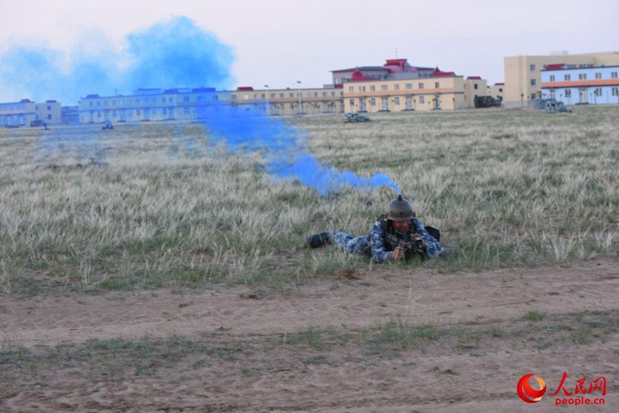 蓝军士兵中弹身亡。