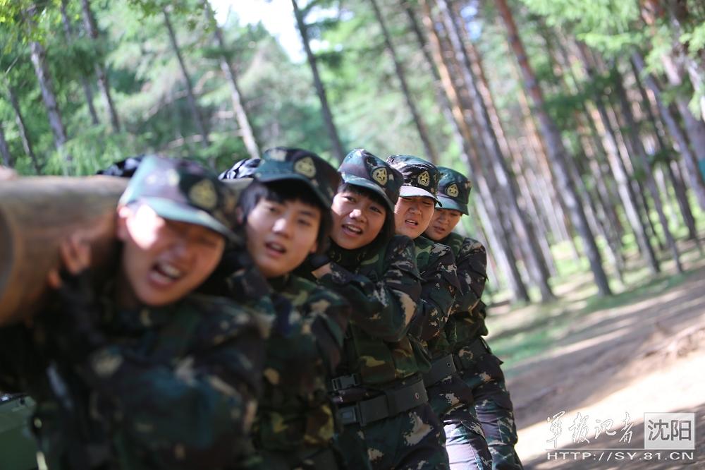 高清 解放军女特种兵训练狠 扛原木爬悬索没特殊照顾