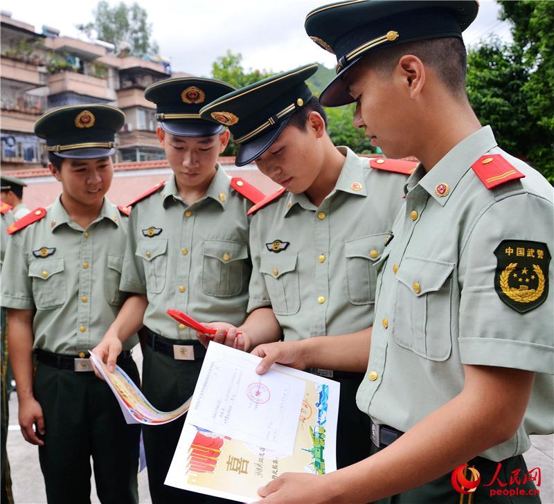 高清 武警部队为退伍士兵送温暖图片
