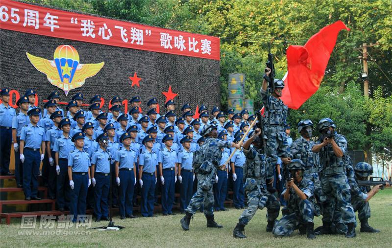 高清:空降兵庆祝成立日 用强军战歌壮行