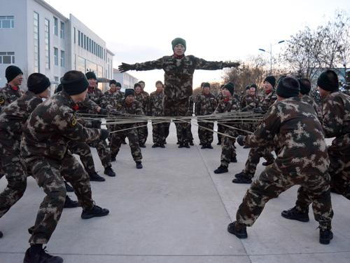 官兵门正在进行心理行为小游戏极限跳跃
