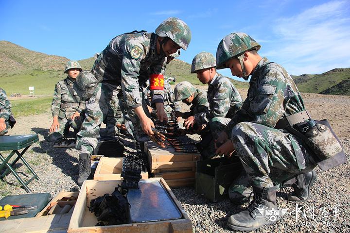 高清:新疆塔城军分区边防团组织重火器实弹射击