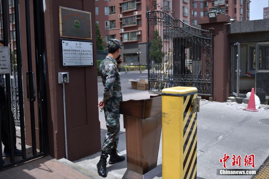 高清 北京一小区保安身著解放军迷彩服站岗