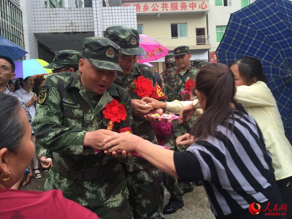 武警水电部队排除重庆酉阳县板桥乡堰塞湖险情图片