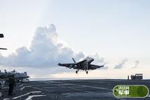 高清:美军电子战机飞掠南海空降航母
