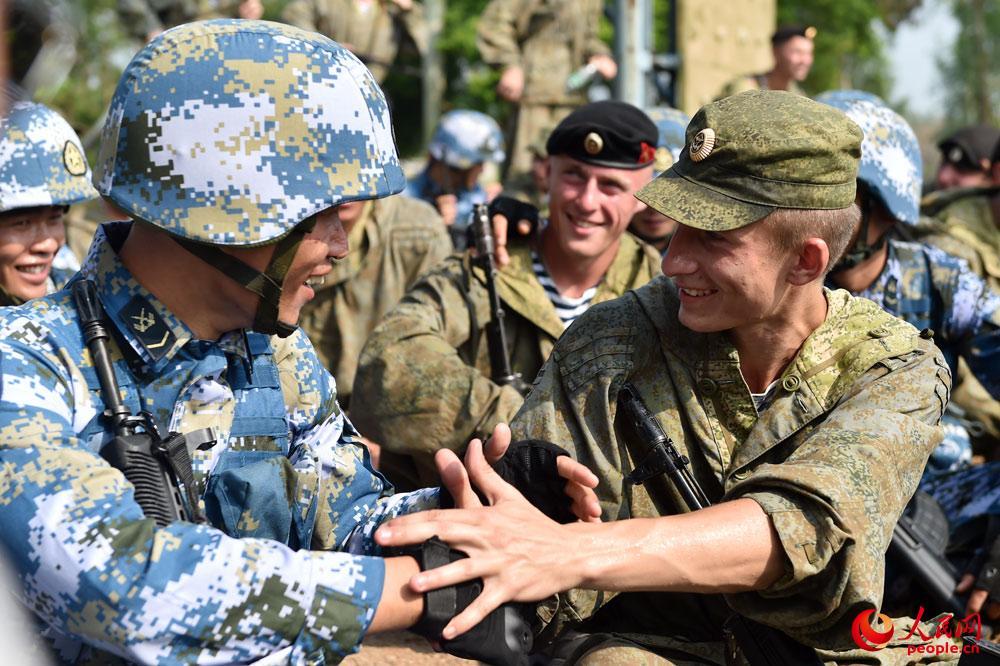 击 海上联合 2016 中俄海军陆战队员联合训练图片