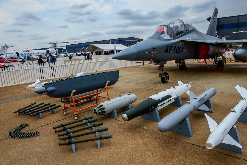 第9届非洲航空航天与防务展14日在南非行政首都比勒陀利亚开幕。中国国家国防科技工业局组织8家军贸企业以中国防务国家展团形式参展,引起高度关注。中国防务展区总面积近800平方米,主要以实物、模型等方式向观众展示国产军用飞机、导弹武器系统、坦克、舰艇、雷达、飞行模拟器、电子设备等多种产品。新华社记者翟健岚摄