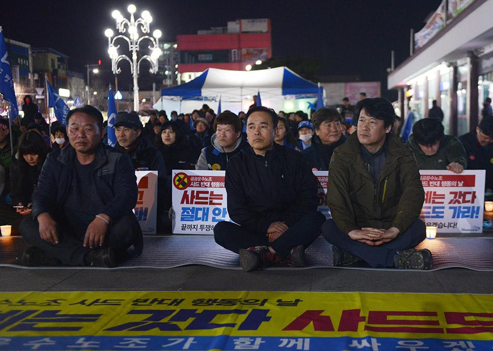 3月15日,在韩国庆尚北道金泉市,民众参加烛光集会。