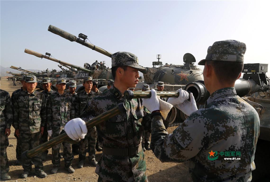 官兵对保养课目进行示范。