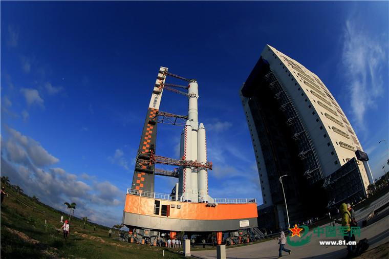 图为承载着长征七号遥二运载火箭与天舟一号货运飞船组合体的活动发射平台驶出总装测试厂房,垂直转运至发射区。
